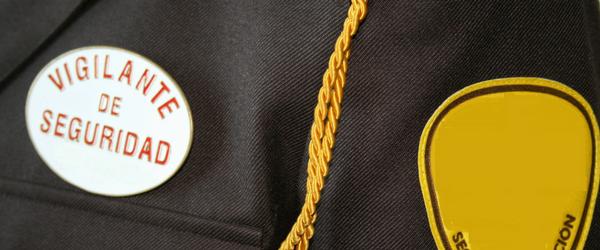Placa de vigilante de seguridad situada en el pecho sobre uniforme